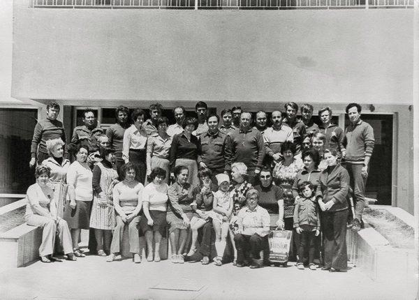 Военспецы с семьями перед «Синим домом», где они жили.