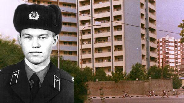 Рядовой Алексей Теричев на фоне «Синего дома», который он спас.